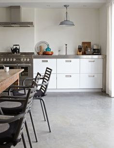 Love this kitchen, so simple but unique, the dark color wood for open shelving, countertops and cabinets gave the modern kitchen a rustic look. Grey Kitchens, Cool Kitchens, Kitchen Furniture, Kitchen Dining, Kitchen Modern, Open Kitchen, Gray And White Kitchen, Grey Interior Design, Dining Room Design
