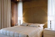 quarto com janela atras da cama