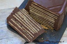 Tapitas y Postres: Pastel de chocolate y galletas de helado.