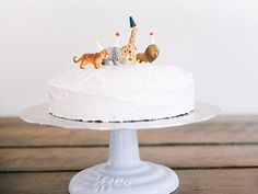 Looking for some easy cake decorating ideas? Here are 6 foolproof ideas that will make your cake look pro without much effort or any special equipment. Cake Decorating Icing, Birthday Cake Decorating, Cake Decorating Techniques, Decorating Ideas, Diy Birthday Cake, Novelty Birthday Cakes, 2nd Birthday, Diy Cake Topper, Cake Toppers