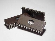 Circuitos integrados de memoria con una ventana de cristal de cuarzo que posibilita su borrado mediante radiación ultravioleta.