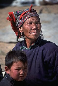 Herders wife and her son, southern Gobi desert, Mongolia. More about the Gobi desert and Mongolia. Kinds Of People, People Around The World, Real People, Mongolia, North Pole Expedition, Trans Siberian, Genghis Khan, Tribal Women, Culture Club