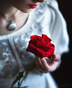 Photo Girl with a red rose in her hand, a photographer Magdalena Russocka Dps For Girls, Single Red Rose, Applis Photo, Profile Picture For Girls, Girly Pictures, Rose Wallpaper, Baby Wallpaper, Stylish Girl Pic, Love Rose