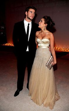 Liam Hemsworth and Miley Cyrus. seriously a WHAT HAPPENED? old miley was wwwaaayyy better! Liam Hamsworth, Miley And Liam, Tulle Bridesmaid Dress, Strapless Dress Formal, Prom Dresses, Wedding Dresses, Dress Prom, Bridesmaids, Perfect People