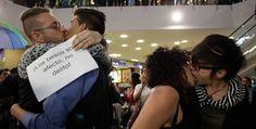 Jornada de 'besat�n' como rechazo a la homofobia
