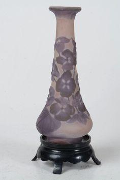 GALLE- Miniatura de vaso unifleur com fundo ocre, cameo formando flores. Alt. 10,5 cm. Base R$700,00. Jul15.