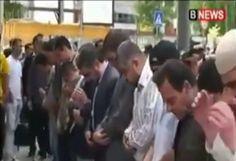 متظاهرين بلغار يعتدون على المسلمين أثناء تأدية صلاة الجمعة – فيديو