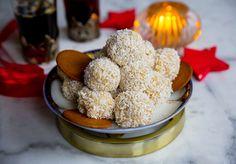 Nu har jag testat att smaksatta mina populära kokossnöbollar med pepparkakskrydda också. Det blev så himla gott! Man slänger ihop dem på ett kick och de uppskattas av alla. Man kan även smaksätta boll