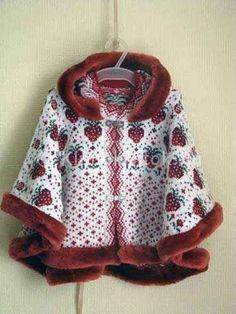 Вязаное спицами пончо для девочки с жаккардовыми узорами