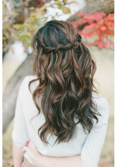 Penteado para noiva com cabelos soltos, ondulados e com trança http://vilamulher.terra.com.br/penteados-para-noivas-no-casamento-civil-2-1-12-954.html foto: Bridal Guide