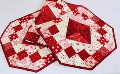 Una diversión, grande brillante rojo, rosado y blanco acolchado corredor de la tabla en un patrón de caja de la joya. Está lleno de corazones y te pondrá de humor para un maravilloso día de los enamorados!  TAMAÑO - 48 de largo y 16 de ancho  Utilizar sólo edredón tienda calidad tela de algodón en mis tejidos. Esta colcha durará por un tiempo muy largo y tal vez convertirse en una de las favoritas en la decoración de su. El bateo es 100% algodón cálido y Natural, que es muy plano y grande…