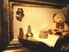 Quadro Silver P Folha de Prata ursa leitura  Disponíveis nas molduras de modelo; Diamond, Flower, Gold, Real e Star em Folha de ouro e prata, branco e envelhecido.  Tam. 25x35  Peso:6KG