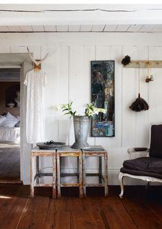 De slitna småborden kommer från ett badhus i Småland. Karmstolen är en rokokokopia, lätt gråmålad me...