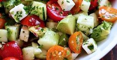 Cette salade rafraîchissante, à base de tomates, d'avocat et de concombre est parfaite pour avoir un ventre plat...