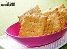 Estos Crackers de parmesano con harina de garbanzo son una variante de unas galletas saladas que suelen triunfar en cualquier mesa de aperitivo, como picoteo o acompañando alguna salsa, quesos, embutidos, mermeladas… Aunque éstos tienen un sabor bastante particular por el elevado contenido en harina de garbanzo que lleva, más que de trigo.La receta de Crackers la hemos tomado de aquí, haciendo varios cambios, incluyendo la fórmula, para obtener unos Crackers de parmesano con harina de ...