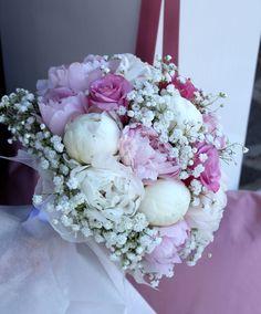 Un romantico bouquet con peonie bianche, peonie rosa, Rose e Gypsophila.