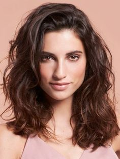 Gorgeous looks, no blow-dryer required. Informations About Play It Cool with Heat-Free Summer Hairst Curled Hairstyles, Summer Hairstyles, Cool Hairstyles, Natural Wavy Hair, Natural Hair Styles, Natural Waves, Bella Hadid, Beachy Hair, Beachy Waves