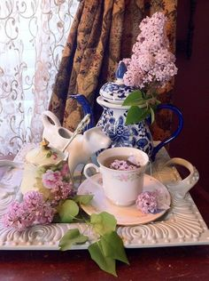 Shabby tea party by Ana Rosa Coffee Time, Tea Time, Morning Coffee, Café Chocolate, Raindrops And Roses, Chocolate Caliente, Cuppa Tea, My Cup Of Tea, High Tea
