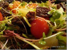 סלט עגבניות שרי, נבטים, אננס וגבינה מעושנת ברוטב רוקפור