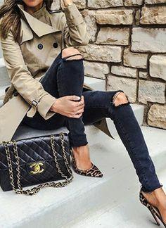 Ecco a voi la lista top-secret dei 10 must have per l'autunno 2016! Ovvero, i capi d'abbigliamento e accessori di cui non potremo proprio fare a meno quando le temperature inizieranno ad abbassarsi. Gli indispensabili del guardaroba saranno: trench, sleeveless coat, giubbino decorato, borsa fantasia, décolleté a punta, gonna longuette, abito tubino, gioielli rose gold e pantaloni a vita alta.