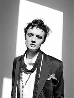 Peter Doherty by Dean Chalkley Paul Simonon, Pete Doherty, Le Smoking, Paul Weller, The Libertines, Boy Character, Britpop, Punk Outfits, British Invasion