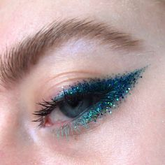 Whenever you do eye makeup, make your eyes look brighter. Your eye make-up must make your eyes stand apart among the other functions of your face. Eye Makeup Blue, Glitter Makeup Looks, Glitter Make Up, No Eyeliner Makeup, Eye Makeup Tips, Glitter Eyeliner, Cute Makeup, Makeup Goals, Makeup Inspo