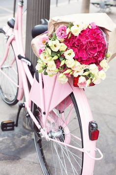 Spotted in Paris! A gorgeous pink bicycle adorned with a beautiful bouquet of flowers Pink Love, Pretty In Pink, Rosa Pink, I Believe In Pink, Jolie Photo, Everything Pink, Color Rosa, Pink Aesthetic, Retro