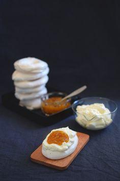 Påskdessert med egen maräng, grädde & hjortronsylt Yummy Yummy, Tasty, Easter Treats, Food Cakes, Food Inspiration, Sweden, Nom Nom, Cake Recipes, Sweet Tooth