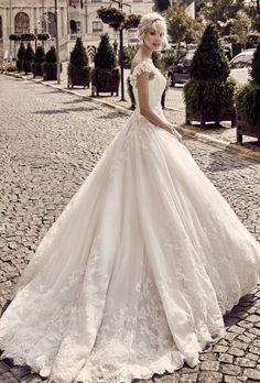 Hochzeitsfotos - und der Bräutigam halb hinter der Braut ebenfalls in Richtung Kamera blickend?