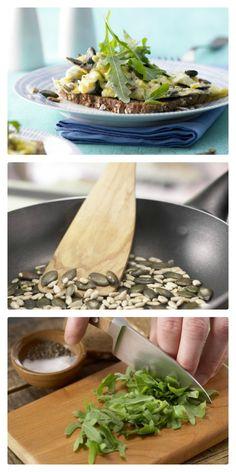 Geröstete Kürbis- und Sonnenblumenkerne machen das Rührei zu etwas Besonderem: Kerniges Rührei auf Vollkornbrot – smarter mit Rucola | http://eatsmarter.de/rezepte/kerniges-ruehrei-vollkornbrot-smarter