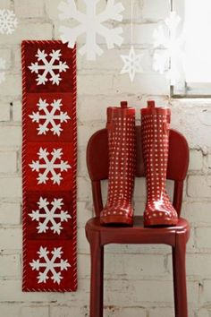 """This free quilt pattern is for a """"Snowflakes Wall Hanging"""". What a wonderful way to decorate for Christmas and the holidays!"""