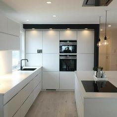 Weiße Schränke / Fußboden Kombo Kitchen Decor, Kitchen Lamps, Kitchen Lighting, Kitchen Layout, Kitchen Dining, Kitchen Island, Kitchen White, Open Plan Kitchen, Kitchen Pantry