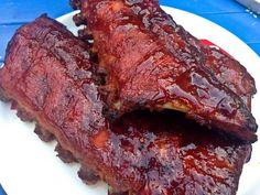 Hoe maak je lekkere malse spareribs, zo gaar dat je het vlees bijna van de botten kan zuigen, en zo stroperig dat de marinade aan je vingers blijft plakken?
