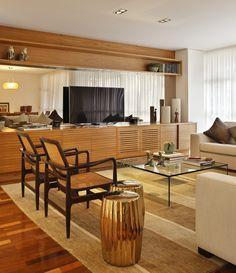 Decoração de: Sala de estar - rack de madeira; Casa de Valentina