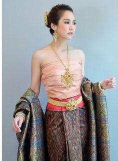 . ╭◜◝ ͡ ◜◝ ͡ ◜◝ ◜◝ ͡ ◜◝ ╮ ( ~√V'▐ ► 100 %❤ ( ) ╰◟◞ ͜ ◟ ◟◞ ͜ ͜ ◟◞ ͜ ╯ O o ° ᏇᎯℛᎾᎾℕЅℐℛℐ☁︎ Thai Traditional Dress, Traditional Fashion, Traditional Outfits, Couture Dresses, Fashion Dresses, Thailand Fashion, Thai Fashion, Oriental Dress, Thai Dress