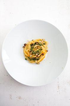 Pasta mit Karotten-Sugo und Petersilien-Haselnuss-Pesto