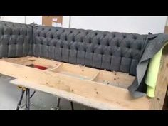 Sofá capitone - YouTube Diy Furniture Table, House Furniture Design, Furniture Repair, Space Saving Furniture, Table Furniture, Luxury Furniture, Furniture Makeover, Wood Deck Designs, Wooden Sofa Designs