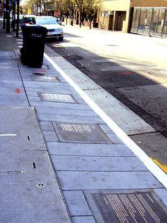 Poemas incrustados pela calçada da University Street - na cidade de Berkeley! Pisando em poesias!