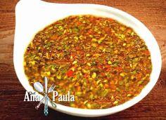 O chimichurri é um molho tradicional na Argentina e no Uruguai, usado principalmente para fazer churrascos. Pode ser usado tanto para marinar a carne antes de fazer o churrasco, como para molhar a carne enquanto está sendo assada, ou mesmo para comer junto com a carne pronta! --------------------------------------- Ingredientes:  10g de salsinha desidratada 10 g de alho e cebola desidratados 5 g de pimenta malagueta desidratada e outras pimentas à gosto (calabresa, pimenta do reino…) 300 ml…