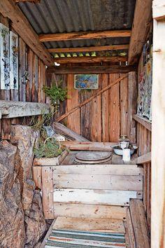 LUKTFRITT: På utedoen har Gry satt inn kasser med einer, som bidrar til å nøytralisere lukt. Utedoen er enkel, men bygget vakkert inn i terrenget. Outside Living, Outdoor Living, Outside Toilet, Garden Shed Interiors, Toilet Room Decor, Outhouse Bathroom, Rustic Toilets, Summer Cabins, Outdoor Bathrooms
