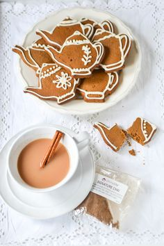 Chai Gingerbread Biscuits (GF) Vegan Chai Gingerbread {GF} Maybe a bit more afternoon tea than high tea, but so charming!Vegan Chai Gingerbread {GF} Maybe a bit more afternoon tea than high tea, but so charming! Vegan Christmas, Christmas Tea, Vegan Sweets, Vegan Desserts, Vegan Afternoon Tea, Vegan Teas, Tea Biscuits, Cupcakes, Sans Gluten