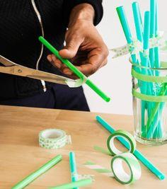 Wenn viele Gläser auf dem Tisch stehen, kommt man schon mal durcheinander. Daher haben wir Namensschilder an Trinkhalme geklebt, damit jeder sein Getränk schnell wiederfindet. Mit dem Klebeband kannst du auch die Gläser noch etwas verzieren.
