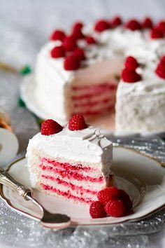 angel food cake con relleno de frambuesa y cobertura de merengue