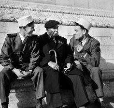 Un jour en #France.  1953: lorsque deux légionnaires rencontrent un ancien poilu de 14-18 ils ont beaucoup de choses à se raconter .  Photo : Jack Garofalo / #ParisMatch by parismatch_magazine