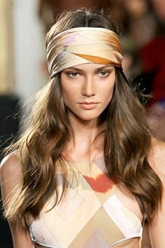 Emilio Pucci, retro '70's style. Chez Agnes: Aviso de tendencia: Líate la manta a la cabeza (http://chezagnes.blogspot.com.es/2013/03/aviso-de-tendencia-liate-la-manta-la.html)