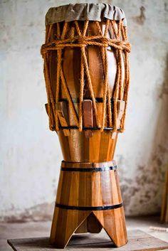 é de couro e madera que faz tambor, é de couro e madera que vou tocar.....