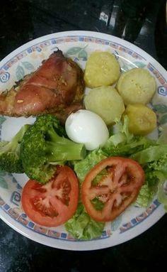Frango assado,  salada,  brocolis,  ovo e batata doce