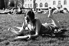 Más tamaños | Girl reading a book in the gardens of la Cité Universitaire, Paris | Flickr: ¡Intercambio de fotos!