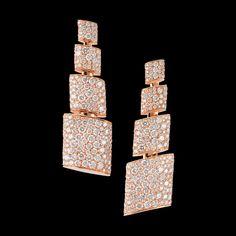 TUBETTO - 2013 - Pink gold - white diamonds - Le reflet de l'esthétique et de l'audace architecturales de de GRISOGONO. L'excitation procurée par la dualité de silhouettes nettes, graphiques, épurées, contrastant avec le mouvement sensuel et enveloppant des courbes et des surfaces planes recouvertes d'une profusion de gemmes, s'enroulant autour de bagues et de boucles d'oreille.