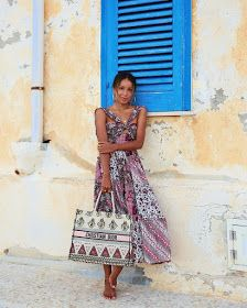 There is 1 tip to buy dress, midi dress, sleeveless, dior bag. Modest Fashion, Girl Fashion, Fashion Dresses, Fashion Tips, Fashion Hacks, Lady Dior, Christian Dior, Outfits For Mexico, Retro Outfits